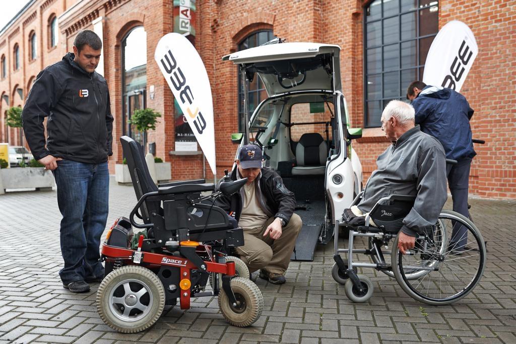 laregione al volante di una sedia a rotelle